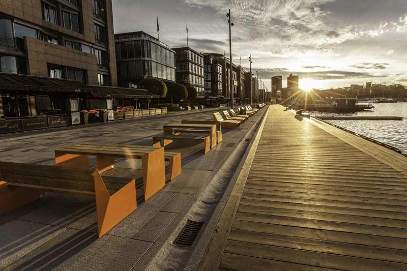 Møblene på Aker Brygge er tatt i bruk på Stranden, ved marinaen og i sidegatene Grundingen, Bryggegata og Holmens gate.