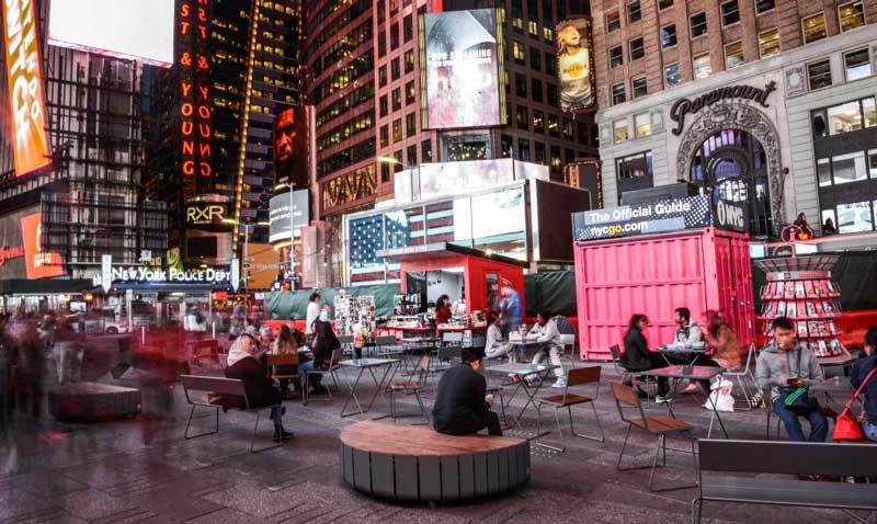 Stas å få pulverlakkere utemøblene Times Square i New York